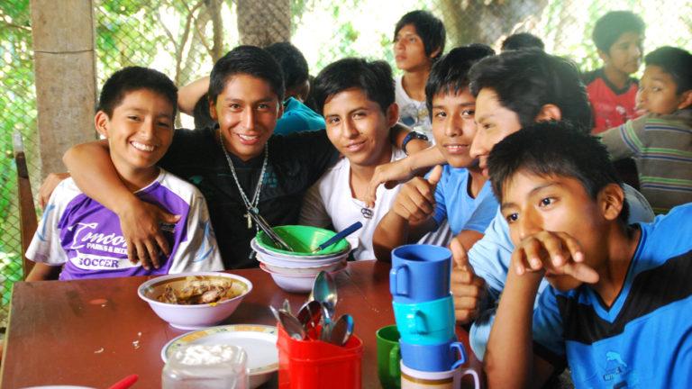 Internat Popoy: Junge Schüler beim Mittagessen