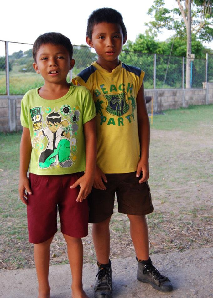 Internat Popoy: Zwei junge Schüler
