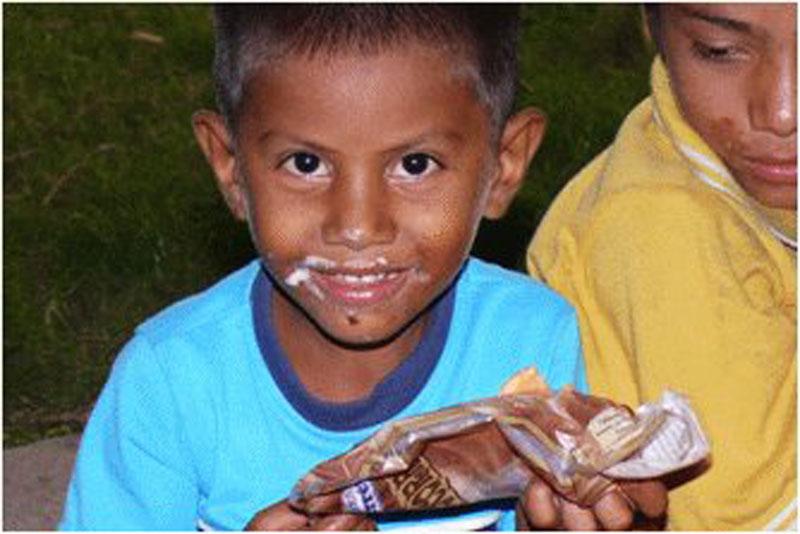 Internat Popoy: Junge beim Essen
