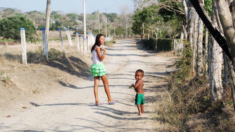 Lachendes Mädchen und kleiner Junge
