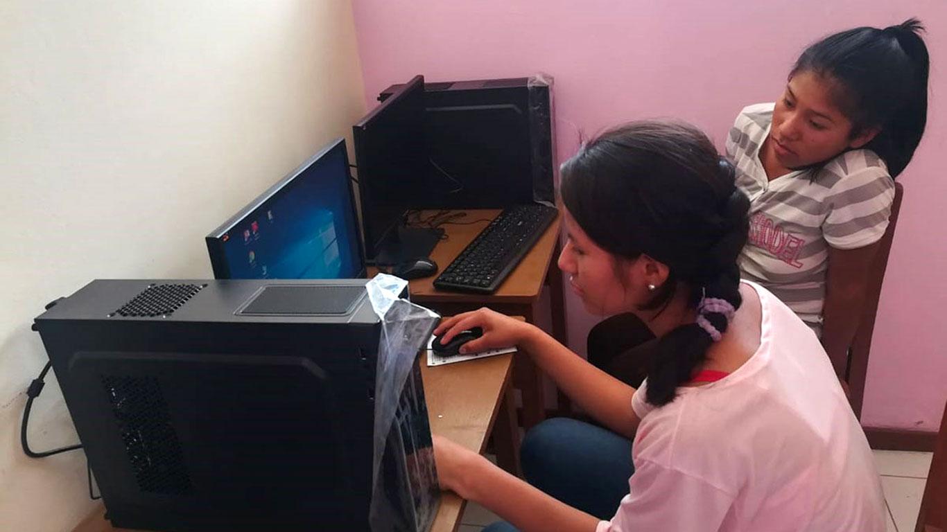 Putumayo: Mädchen üben am Computer
